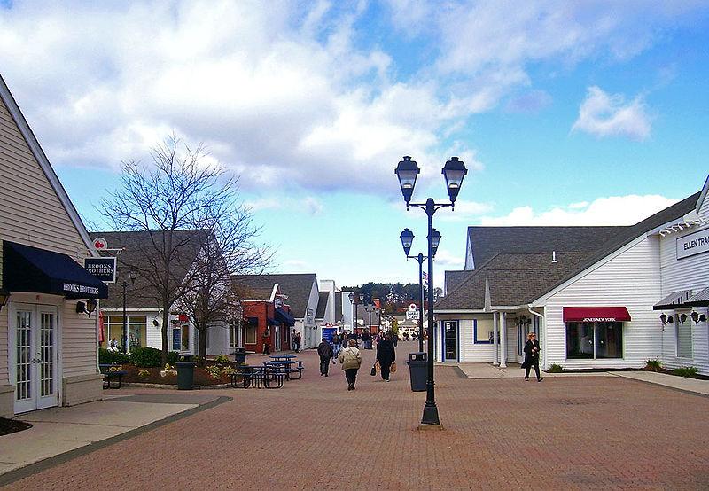 800px-Woodbury_Commons_promenade